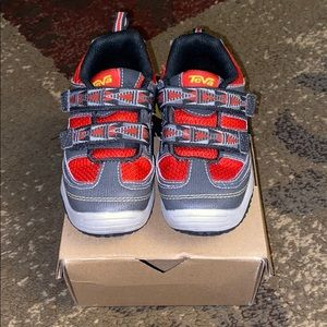 Teva EUC size 8.5 toddler boys shoes!